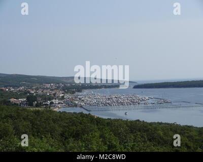 Malerische Bucht von Baska auf der Insel Krk mit dem Yachthafen. - Stock Photo