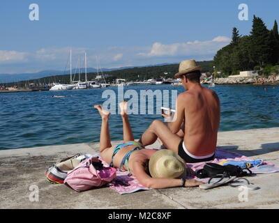 Die Füße hoch legen, Sommer, Sonne und mehr - die Urlauber freuen sich auf die schönsten Zeit des Jahres. Eine Frau - Stock Photo