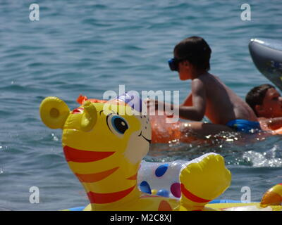 Badeparadies Adria - Wie hier am flachen Strand von Baska auf der Insel Krk haben auch die Kinder ihren Badespaß - Stock Photo