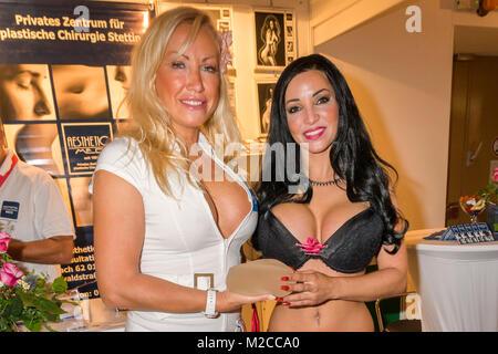 Eine Messehostess zeigt ein  Brustimplantat bei der internationalen Erotikmesse VENUS,  mittlerweile findet die 19.Venus ' Erotik-Welten für Frauen und Paare' unterm Berliner Funkturm statt.