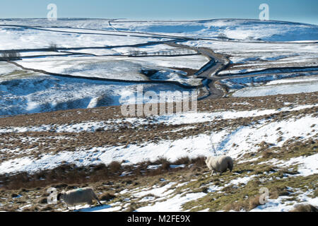 A winters day walking from Castleton in the Peak District National Park along the Great Ridge from Mam Tor to Lose - Stock Photo