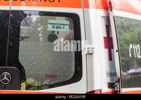 Ein Rettungsassistent spricht in einem Rettungswagen mit einem Betroffenen. Eine unbekannte Magen-Darm-Erkrankung - Stock Photo