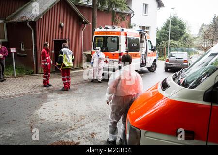 Rettungskräfte am Eingang. Eine unbekannte Magen-Darm-Erkrankung ist am Freitag (02.05.2014) im Schullandheim des - Stock Photo