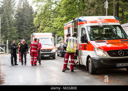 Erste Angehörige treffen ein. Eine unbekannte Magen-Darm-Erkrankung ist am Freitag (02.05.2014) im Schullandheim - Stock Photo