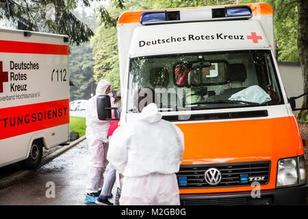 Eine Schülerin kommt in den Rettungswagen. Eine unbekannte Magen-Darm-Erkrankung ist am Freitag (02.05.2014) im - Stock Photo