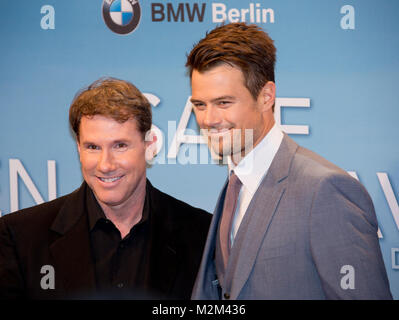 Romanautor und Produzent Nicholas Sparks und Darsteller Josh Duhamel auf dem Roten Teppich zur Deutschlandpremiere - Stock Photo
