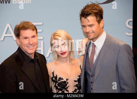 Romanautor und Produzent Nicholas Sparks und die Hauptdarsteller Julianne Hough sowie Josh Duhamel auf dem Roten - Stock Photo