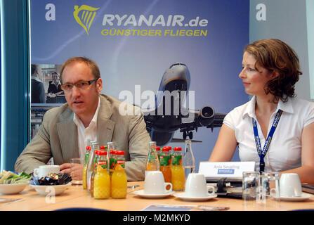 Weeze, PK Ryanair     v.L.: Ludger van Bebber (Flughafen Weeze) und Anja Seugling (Ryanair)    RP-Foto: Gerhard - Stock Photo