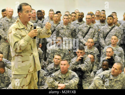 Thanking the Soldiers. CONTINGENCY OPERATING SITE MAREZ, Iraq – Chairman of the Joint Chiefs of Staff, Admiral Mike - Stock Photo