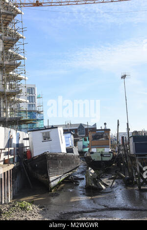 Off Grid living, houseboats, alternative lifestyle and mobile floating homes along the River Adur in Sussex - Stock Photo