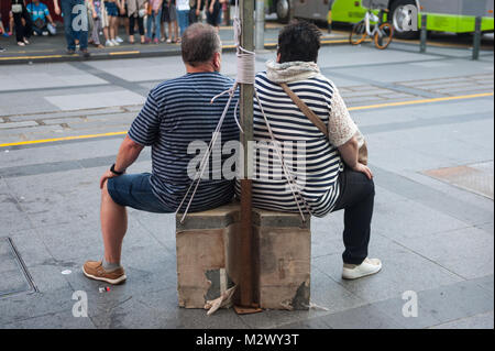 21.01.2018, Singapore, Republic of Singapore, Asia - Two tourists are seen taking a break from their sightseeing - Stock Photo
