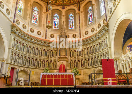 Ornate apse behind the altar on the sanctuary of the Catholic church of St Aloysius (run by the Oratorian priests) - Stock Photo