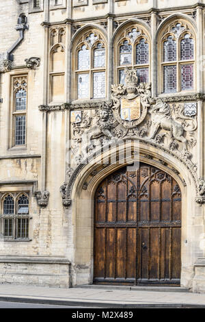 Elaborate royal sculpture above the woden entrance door to Brasenose college on the High street at the university - Stock Photo