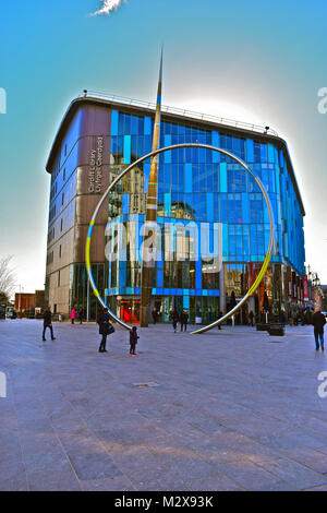 The modern Cardiff Central Library located in the City centre. In front is the 25m Alliance sculpture by Paris installation - Stock Photo