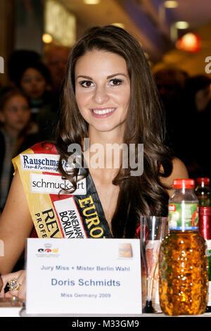 Doris Schmidts (Miss Germany 2009) bei der Miss & Mister Wahl 2009  in den Berliner Gropius Passagen. Anne Julia - Stock Photo