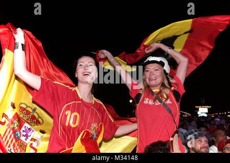 Laut jubelnde Fußballfans beim Sieg von Spanien gegen Italien an der Fanmeile zur Europameisterschaft 2012 am Brandenburger Tor in Berlin.