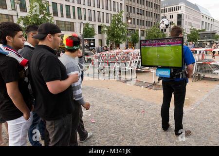 Public Viewing mit einen transportablen LCD Fernseher auf dem Pariser Platz nahe der Fanmeile zur Europameisterschaft - Stock Photo