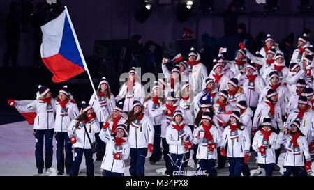 Pyeongchang, South Korea. 9th Feb, 2018. Czech snowboarder Eva Samkova carries the flag of the Czech Republic during - Stock Photo