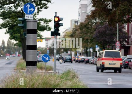 Eine ultramoderne Rotlicht-Blitzsäule ( PoliScan red light ) der Firma Vitronic ersetzt die alte  Blitzanlage an - Stock Photo