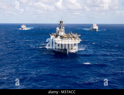 161025-N-NR851-028 PACIFIC OCEAN (Oct. 25, 2016) The Makin Island Amphibious Ready Group (ARG) underway in the western - Stock Photo