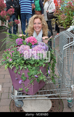 Bettina Tietjen, Charity Versteigerung von durch Prominente ausgesuchte Blumenkuebel bei 'Garten von Ehren' zu Gunsten - Stock Photo