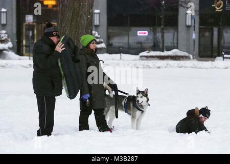 Chicago, USA. 9th Feb, 2018. People walk in snow at Grant Park in Chicago, the United States, on Feb. 9, 2018. Credit: - Stock Photo