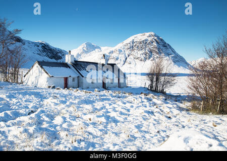 Black Rock Cottage, at the foot of the Glencoe Ski Resort with Buachaille Etve Mor in the background. - Stock Photo