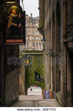 Alley, Fleshmarket Close, with Jinglin Geordie and Halfway House pub signs, Fleshmarket Close, Edinburgh, Scotland, - Stock Photo