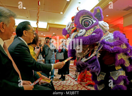Los Angeles, USA. 10th Feb, 2018. People give red pockets to a dancing lion at Millennium Biltmore Hotel in Los - Stock Photo