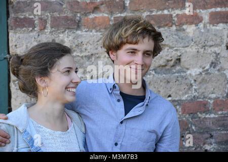 Amina Merai (Jenny)laechelt ihren Schauspielkollegen Matti Schmidt-Schaller (Dimitri)  an, bei der ARD Mysteryserie - Stock Photo