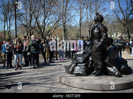 – Visitors and tourist flock to the National Mall to visit the Vietnam Women's Memorial statue on National Vietnam - Stock Photo