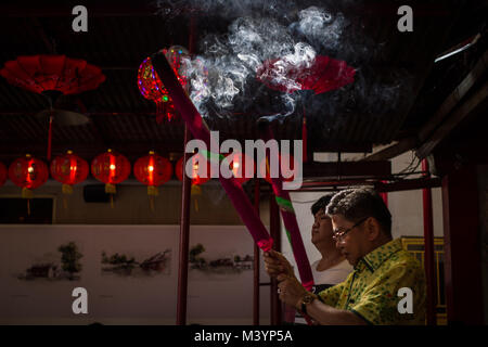 West Jakarta, Jakarta, Indonesia. 14th Feb, 2013. Residents pray at at Dharma Bakti Temple, as they welcome the - Stock Photo