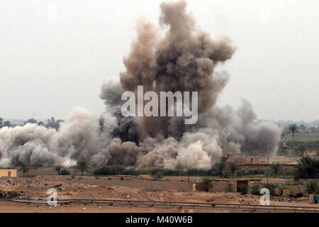 041108-M-8205V-006 Fallujah, Iraq (Nov. 8, 2004) - An air strike is called in on a suspected insurgent hideout at - Stock Photo
