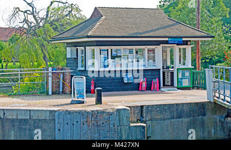 Hampton, East Molesey, Molesey Lock, Lock Keepers Hut, River Thames, Surrey England, - Stock Photo