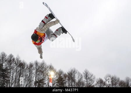 Pyeongchang, South Korea. 14th Feb, 2018. A snowboarder competes in the men's halfpipe snowboarding competition - Stock Photo