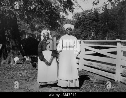 Portrait of two African American women sharecroppers in the Mississippi Delta, ca. 1910. - Stock Photo