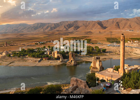Remains of the ancient town of Hasankeyf on the River Tigris, in Hasankeyf, Turkey. - Stock Photo