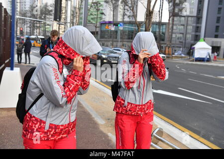 Gangneung, South Korea. 14th Feb, 2018. Volunteers fighting against the strong wind in Gangneung, South Korea, 14 - Stock Photo