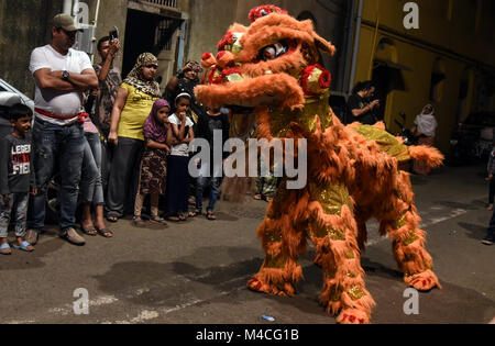 Mumbai. 16th Feb, 2018. Indian people watch a lion dance performance during the celebration of Chinese Lunar New - Stock Photo
