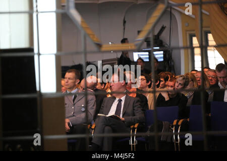 Munich, Germany. 15th Feb, 2018. People listening to the discussion. Today the first panel of the Munich Security - Stock Photo