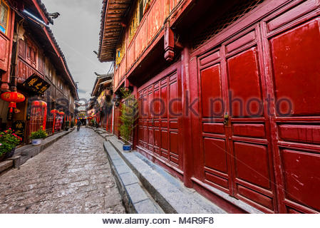 The narrow, winding cobblestone streets of Dayan (The Old Town) which are lined with shops, Lijiang, Yunnan Province, - Stock Photo