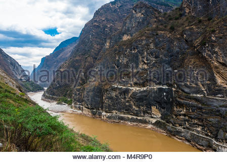 The Tiger Leaping Gorge is a canyon on the Jinsha River (a  primary tributary of the upper Yangtze River). 60 kilometers - Stock Photo