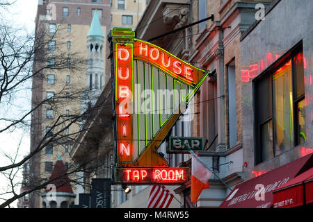 The colorful neon sign of the Dublin House, 225 W 79th St, New York - Stock Photo