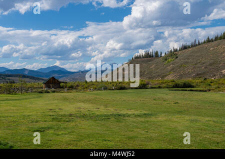 Upland pasture and log cabin in the mountains of Montana. - Stock Photo