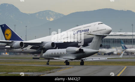 Richmond, British Columbia, Canada. 4th Jan, 2018. A Lufthansa Boeing 747-400 (D-ABVW) wide-body jet airliner takes - Stock Photo
