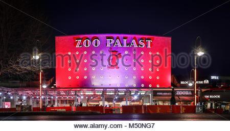 Das Berliner Zoo Palast, illuminiert am Abend waehrend der Berlinale von der Hardenbergstrasse. Das bekannte Kino - Stock Photo