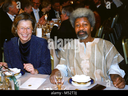 WOLE SOYINKA Nigerian author and Nobel Laureate in Literature 1986 at Nobel banquet with Swedens minister of Foraign - Stock Photo