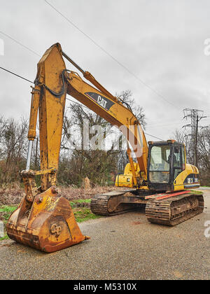 CAT 320C heavy duty digger, hydraulic excavator, a very large piece of construction machinery sitting idle in Montgomery - Stock Photo