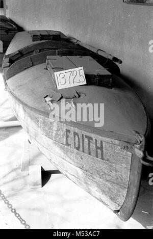 CONDITION OF HISTORIC BOAT DISPLAYED IN VISITOR CENTER PATIO.  EDITH GRCA 13725. 10 JULY 1984    Grand Canyon Nat - Stock Photo