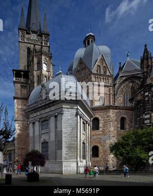 Aachen Dom Turm und karolingisches Oktogon von Süden davor Ungarische Kapelle - Stock Photo